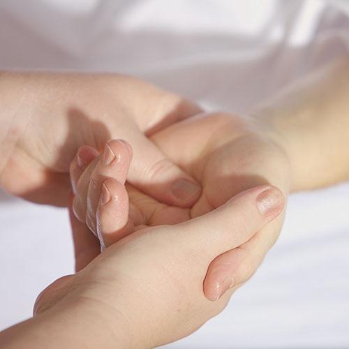 claudia-veith-kinesiologie-beruehrung